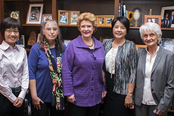 珍瑪莉·倫斯福德(Jeanmarie Lunsford,左二)和其他幾位法輪功學員與美國密歇根州聯邦參議員黛比·施塔貝諾(Debbie Stabenow,中)的合照照。(聯邦參議員黛比·施塔貝諾的網站)
