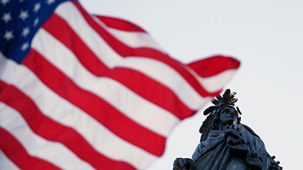 2020年5月13日世界法輪大法日,飄揚在美國國會上的國旗向法輪功創始人李洪志先生致敬。(York Du/大紀元)