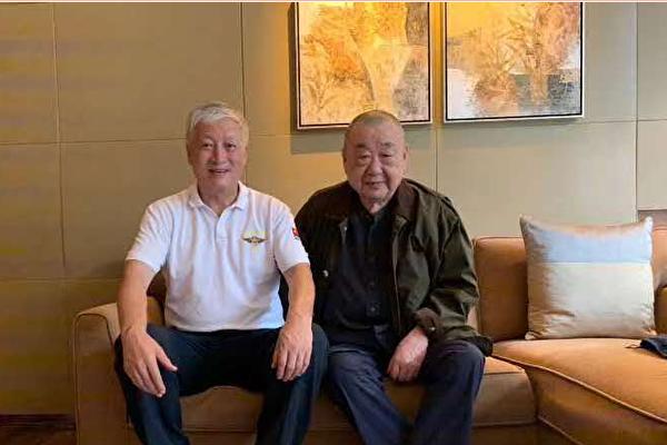 资深媒体人士高瑜在推特上公布了一张姬胜德(右)同别人的合影。(推特)