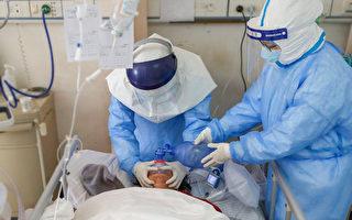中共肺炎(武汉肺炎)患者出现隐形缺氧,血氧在无明显症状的情况下降到危险值。图为医生治疗病患。(STR/AFP via Getty Images)