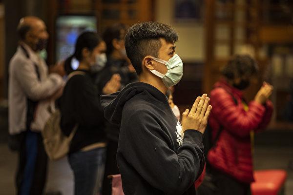 """林晓旭说,""""人类在这次疫情大爆发过程中,应学会如何让自己humble(谦卑)。""""图为台湾人在祈福。(Paula Bronstein/Getty Images )"""