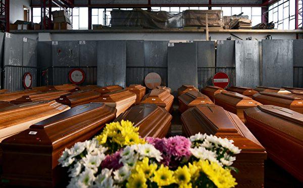 这场全球大流行已造成许多无辜生命病逝。(PIERO CRUCIATTI/AFP via Getty Images)