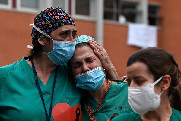 疫情造成医疗资源不足,已有多位医护人员染疫殉职。(PIERRE-PHILIPPE MARCOU/AFP via Getty Images)