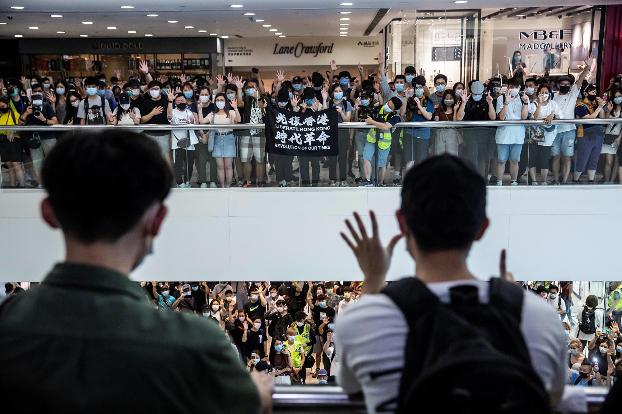 Vào ngày 10 tháng 5, công dân Hồng Kông đã biểu tình tại các trung tâm mua sắm và những nơi khác.  (ISAAC LUẬT / AFP qua Getty Images)