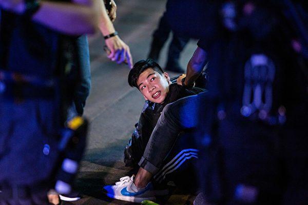 5月10日,防暴警察在抗議現場抓捕民眾。( ISAAC LAWRENCE/AFP via Getty Images)