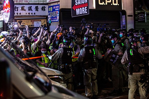 5月10日,防暴警察在旺角區阻攔記者拍攝等。(ISAAC LAWRENCE/AFP via Getty Images)