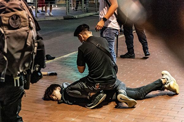 5月10日,防暴警察在抓捕民眾。( Anthony Kwan/Getty Images)