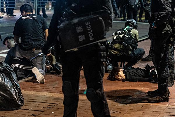 5月10日,防暴警察在抗議現場抓捕民眾。(Anthony Kwan/Getty Images)