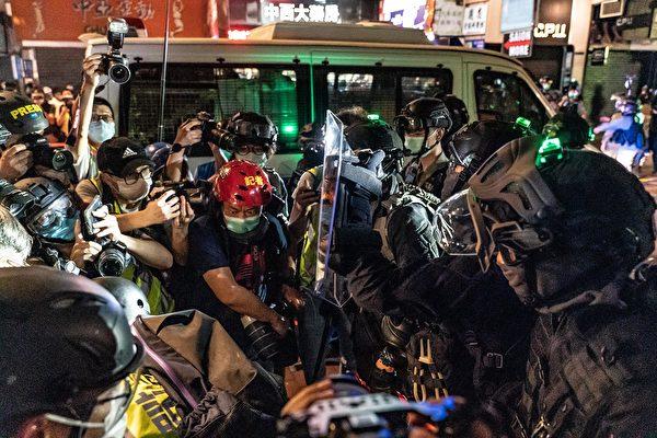 5月10日,防暴警察在旺角區阻攔記者拍攝等。(Anthony Kwan/Getty Images)