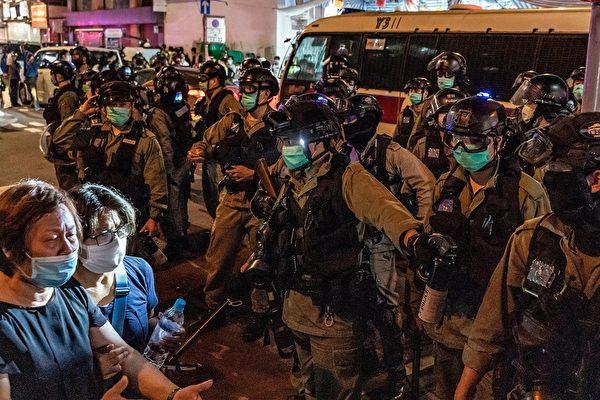 5月10日,防暴警察在驅趕民眾。( Anthony Kwan/Getty Images)