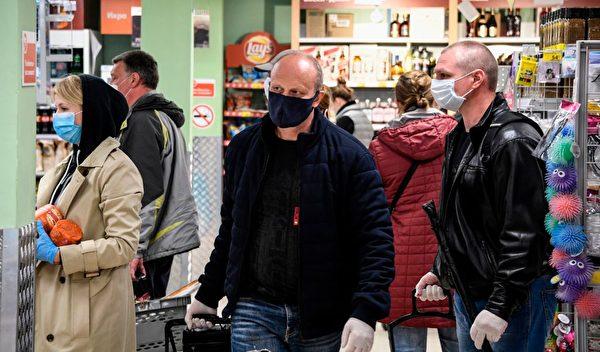 2020年5月13日,莫斯科一間超市內,居民戴著口罩購買物品。 (Photo by ALEXANDER NEMENOV/AFP via Getty Images)