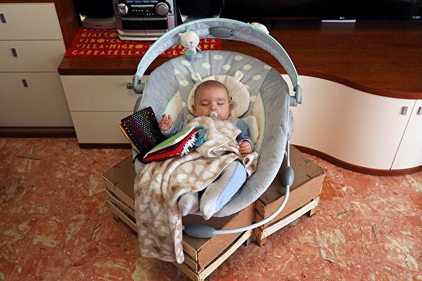 2020年5月14日,意大利羅馬,Cosmo在他的嬰兒搖床裏。由於意大利解除了部份限制,一些意大利人被允許重返工作崗位,但學校和日間托兒所仍然關閉,使在職父母陷入困境。(Marco Di Lauro/Getty Images)