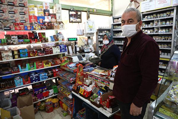 2020年5月13日,土耳其安卡拉,防疫期間商店老闆Mudaver Uygur戴著口罩。(ADEM ALTAN/AFP via Getty Images)