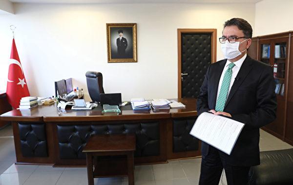 2020年5月13日,土耳其安卡拉,安卡拉市副秘書長凱末爾·科卡科格魯(Kemal Cokakoglu)在接受採訪時戴上口罩,他表示,該市正在努力幫助受到中共病毒影響的居民。(ADEM ALTAN/AFP via Getty Images)
