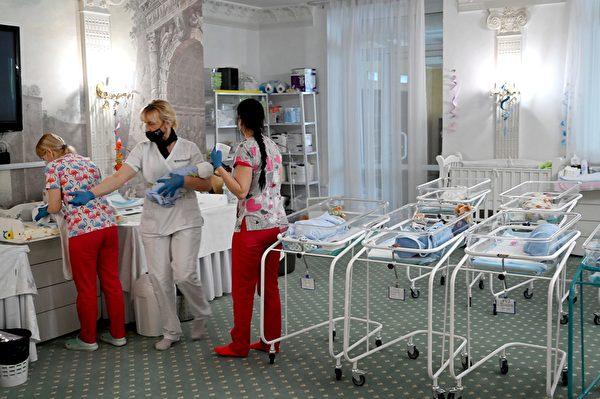 2020年5月15日,烏克蘭基輔,護士在威尼斯酒店(Venice hotel)照顧新生嬰兒。當局於5月表示,烏克蘭有一百多個代孕母親生的嬰兒被困在烏克蘭,外國父母由於中共病毒大流行期間實施的邊境封鎖而無法領回這些嬰兒。(SERGEI SUPINSKY/AFP via Getty Images)