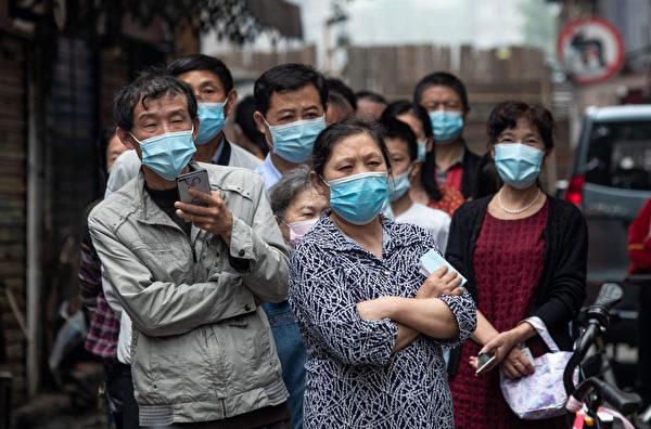 5月15日,武漢市民等待核酸檢測。(Photo by STR/AFP via Getty Images)