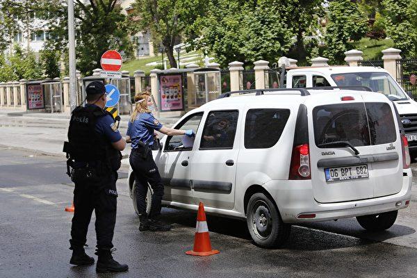 2020年5月16日,土耳其安卡拉,為了避免中共病毒傳播,警方在四天管制期間內對烏魯斯廣場(Ulus Square)上的車輛進行檢查。(ADEM ALTAN/AFP via Getty Images)
