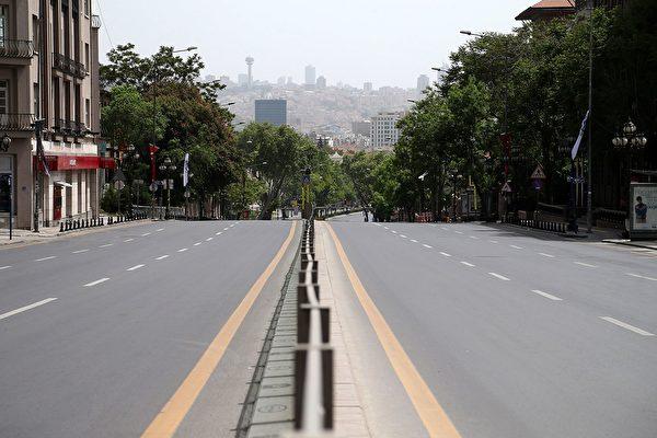 2020年5月16日,土耳其安卡拉,為遏止中共病毒的傳播而實施的為期4天的管制,烏魯斯廣場(Ulus Square)及其周圍地區幾乎無人。(ADEM ALTAN/AFP via Getty Images)
