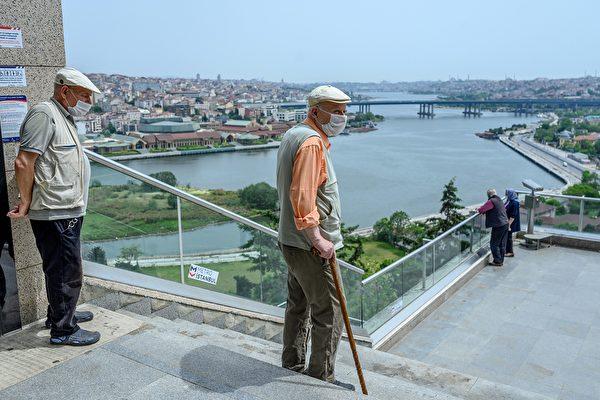 2020年5月17日,土耳其伊斯坦布爾,在皮埃爾·洛蒂山(Pierre Loti Hill)戴著口罩的老年人下樓梯,為了阻止中共病毒的傳播,此前一個半月開始實行封鎖。(BULENT KILIC/AFP via Getty Images)