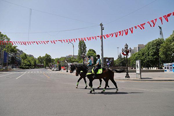2020年5月17日,土耳其安卡拉,為遏制中共病毒的蔓延,實施為期4天的管制的第二天,騎警戴口罩在基茲勒國家意志廣場(Kizilay National Will Square)巡邏。(ADEM ALTAN/AFP via Getty Images)