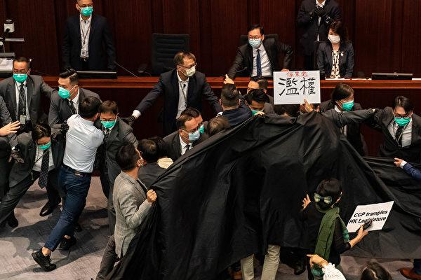 李慧琼非法當選內會主席 民主派拉黑布抗議