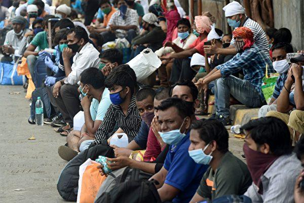 疫情重创经济,对印度的穷人更是场灾难,有数百万的移徙工人失业。(PUNIT PARANJPE/AFP via Getty Images)