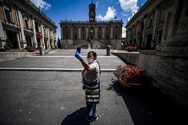 2020年5月19日,意大利羅馬卡彼托山,一名戴著口罩的婦女在Campiaglio廣場上自拍。意大利因中共肺炎疫情進行兩個多月的封鎖之後,最近逐步重新開放。(FILIPPO MONTEFORTE/AFP via Getty Images)