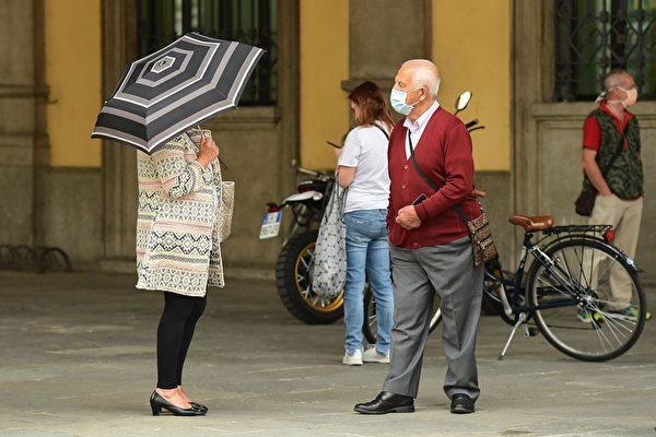 2020年5月19日,意大利科多諾,街上有部份民眾戴著口罩。(MIGUEL MEDINA/AFP via Getty Images)