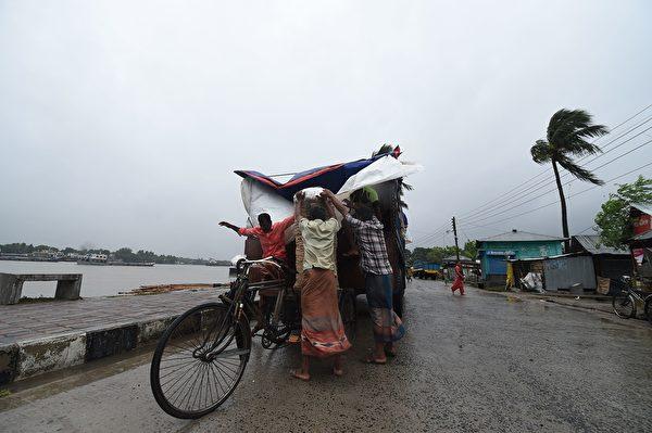 孟加拉灣數十年來最猛烈氣旋「安芬」(Amphan)5月20日在印度東北部登陸,造成至少十多人死亡,並帶來大雨和破壞性的強風。(MUNIR UZ ZAMAN/AFP via Getty Images)