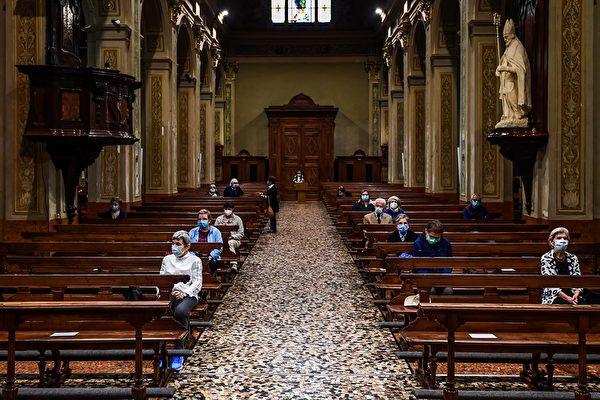 2020年5月20日,意大利科多諾,戴著口罩的居民參加教堂的聚會。(MIGUEL MEDINA/AFP via Getty Images)