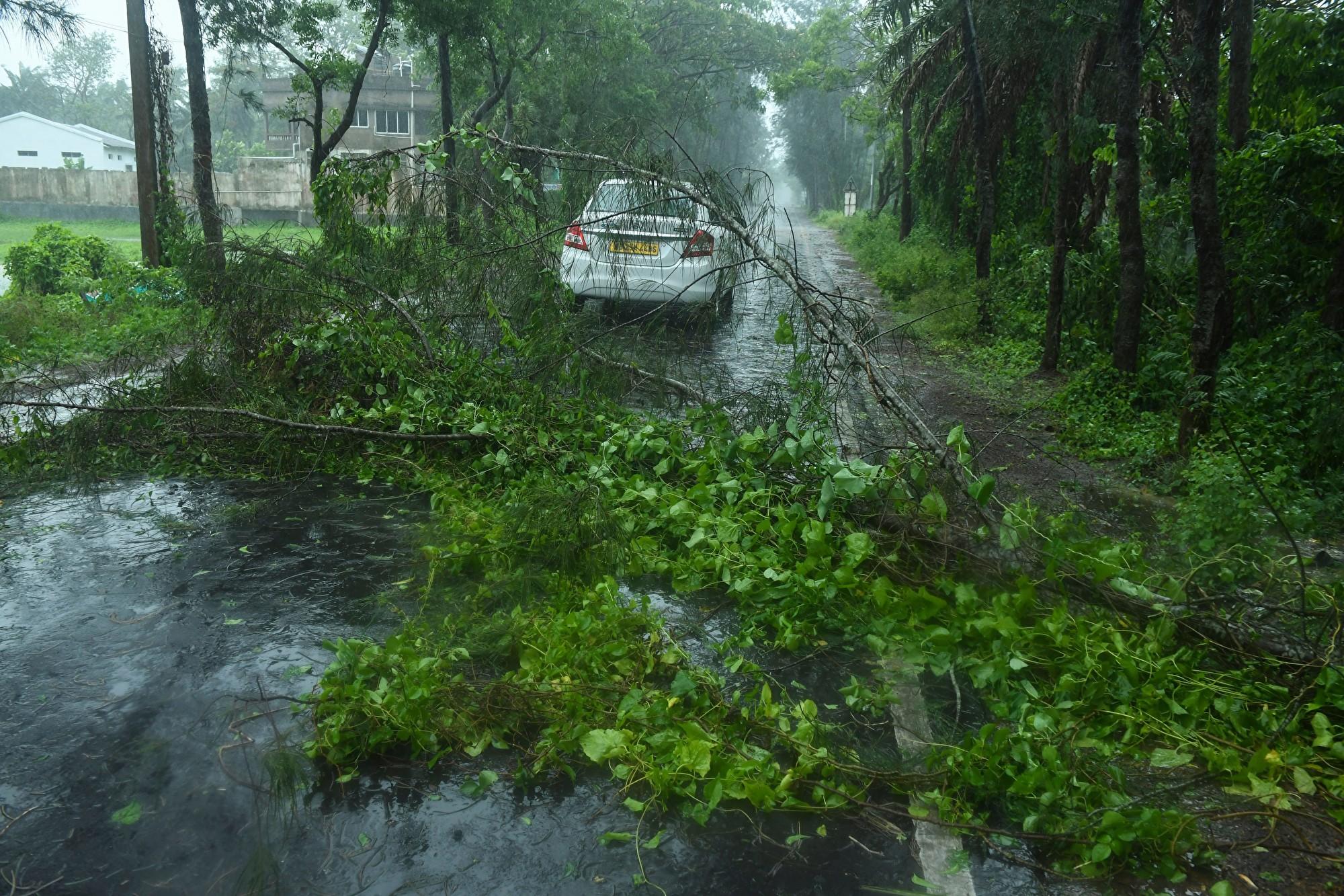 超級氣旋安芬登陸印度 強風暴致多人死亡
