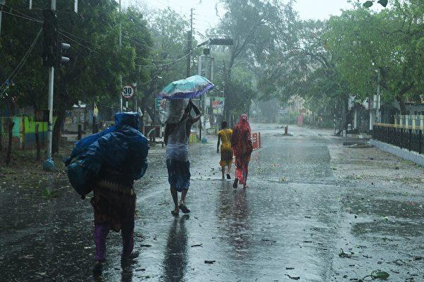 孟加拉灣數十年來最猛烈氣旋「安芬」(Amphan)5月20日在印度東北部登陸,造成至少十多人死亡,並帶來大雨和破壞性的強風。(DIBYANGSHU SARKAR/AFP via Getty Images)