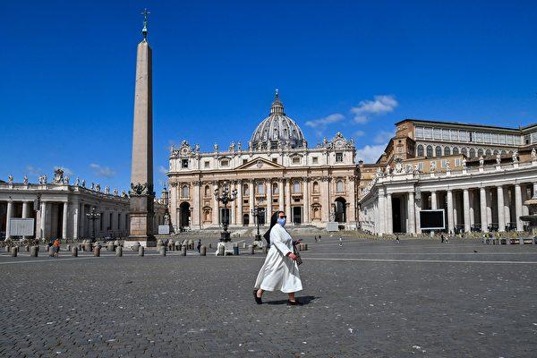 2020年5月20日,梵蒂岡,一名戴口罩的修女路過聖彼得大教堂(St. Peter』s Basilica)。(ANDREAS SOLARO/AFP via Getty Images)