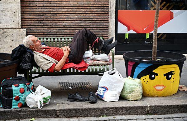 2020年5月20日,意大利羅馬,一名流浪漢躺在街頭的公共長椅上。(VINCENZO PINTO/AFP via Getty Images)