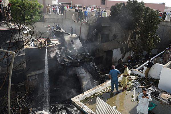 5月22日,巴基斯坦國際航空一架空中客機在巴基斯坦卡拉奇附近墜毀,機上總共有107人,全部罹難。(RIZWAN TABASSUM/AFP via Getty Images)
