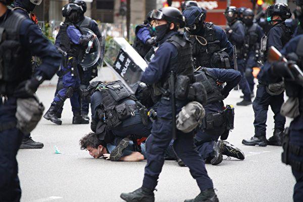 5月24日,港人反国安法游行,防暴警察抓捕市民。(YAN ZHAO/AFP via Getty Images)