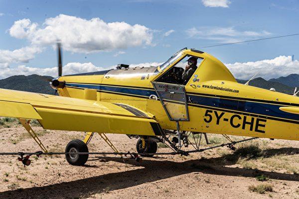 2020年5月23日,肯尼亞桑布魯郡,用來對蝗蟲噴灑農藥的小飛機。(Fredrik Lerneryd/Getty Images)