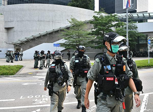 5月27日早上,防暴警察在立法會一帶嚴密佈防。(ANTHONY WALLACE/AFP via Getty Images)