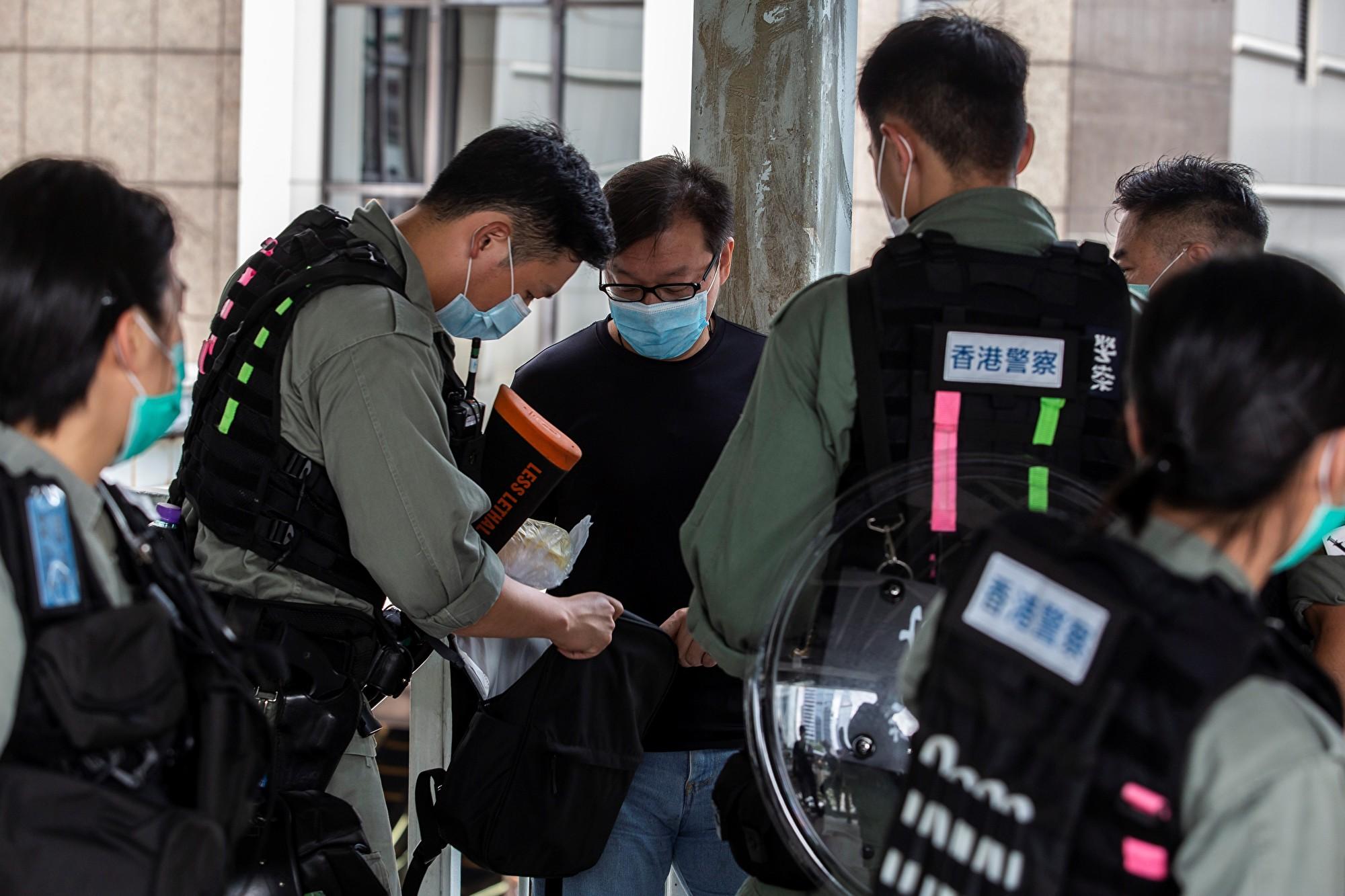 組圖:國歌法恢復二讀 警察立法會天橋搜查