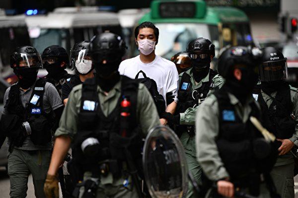 5月27日,港人發起抗議《國歌條例草案》二讀的行動,防暴警察在多地抓人。(ANTHONY WALLACE/AFP via Getty Images)