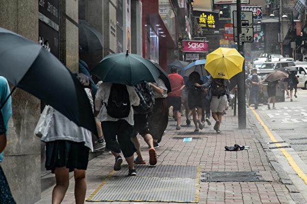 5月27日,港人發起抗議《國歌條例草案》二讀的行動,防暴警察用胡椒噴霧彈驅趕民眾。(Anthony Kwan/Getty Images)