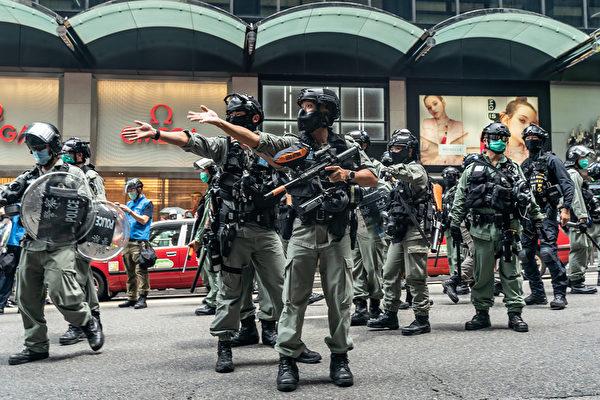 5月27日,港人發起抗議《國歌條例草案》二讀的行動,防暴警察驅趕民眾。(Anthony Kwan/Getty Images)