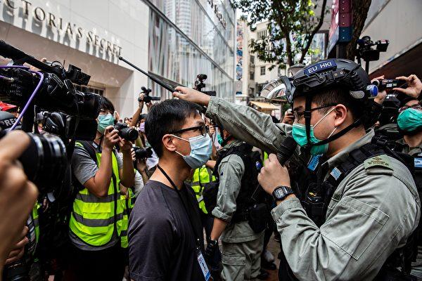 5月27日,港人發起抗議《國歌條例草案》二讀的行動,防暴警察驅趕民眾。(ISAAC LAWRENCE/AFP via Getty Images)