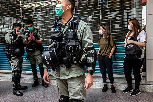 5月27日,港人發起抗議《國歌條例草案》二讀的行動,防暴警察在多地抓人。(ISAAC LAWRENCE/AFP via Getty Images)