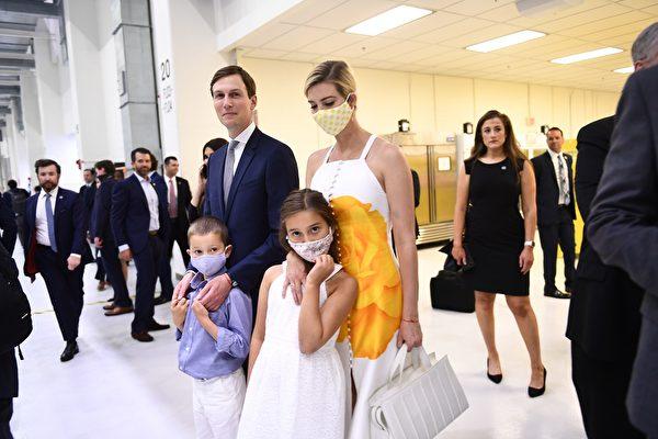 2020年5月27日,特朗普總統高級顧問Jared Kushner及女兒伊萬卡一家也到達爾富爾羅里達州的甘迺迪航天中心,準備觀看歷史性的載人航天發射。(BRENDAN SMIALOWSKI/AFP via Getty Images)