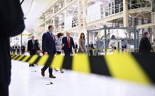 2020年5月27日,美國總統特朗普,第一夫人梅拉尼婭,以及副總統彭斯,到達爾富爾羅里達州的甘迺迪航天中心,觀看歷史性的載人航天發射。 (BRENDAN SMIALOWSKI/AFP via Getty Images)