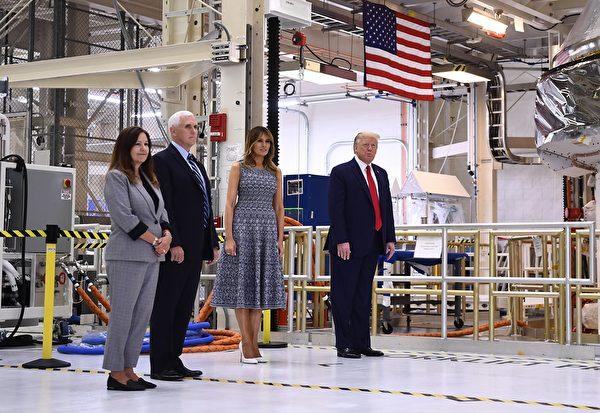 2020年5月27日,美國總統特朗普,第一夫人梅拉尼婭,以及副總統彭斯夫婦,到達爾富爾羅里達州的甘迺迪航天中心參觀。(BRENDAN SMIALOWSKI/AFP via Getty Images)