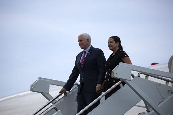 美國副總統邁克・彭斯和他的妻子凱倫・彭斯也來觀看飛船載人發射。(Saul Martinez/Getty Images)