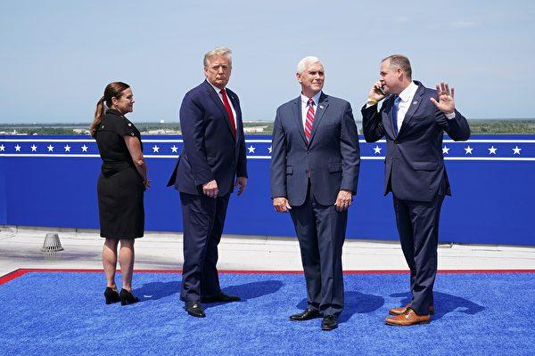 美國總統特朗普和副總統邁克・彭斯夫婦前往觀看飛船載人發射。(MANDEL NGAN/AFP via Getty Images)