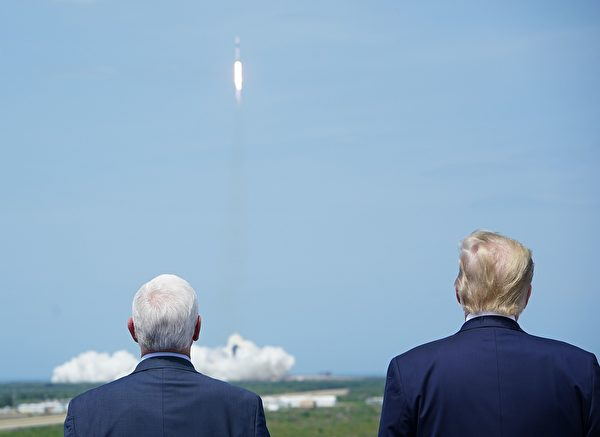 美國總統特朗普和副總統邁克・彭斯夫婦來觀看飛船載人發射。(MANDEL NGAN/AFP via Getty Images)